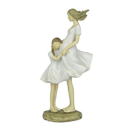 Escultura Decorativa Filha Abraçando Mãe Gravida
