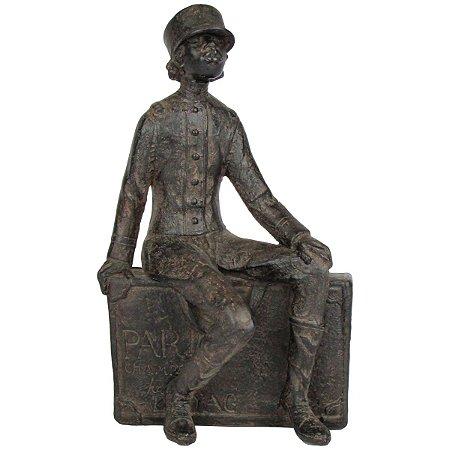 Escultura Homem Sentado Na Mala