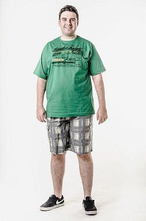 Bermuda xadrez e camiseta verde