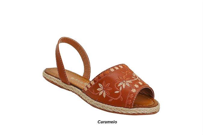 Sandália Avarca com Bordado Floral na cor Caramelo