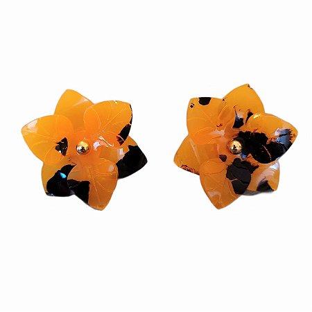 Brinco Dourado Flor Resina Laranjado e Preto