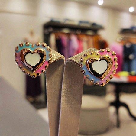 Brinco Dourado Coração Esmaltado Tie Dye