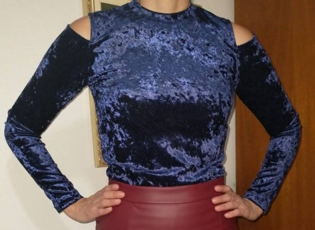 Blusa de veludo molhado azul ombro de fora M
