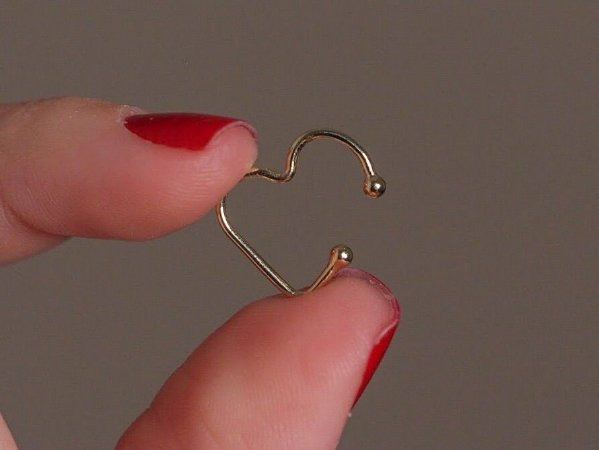 Piercing fake em formato de coração banhado a ouro