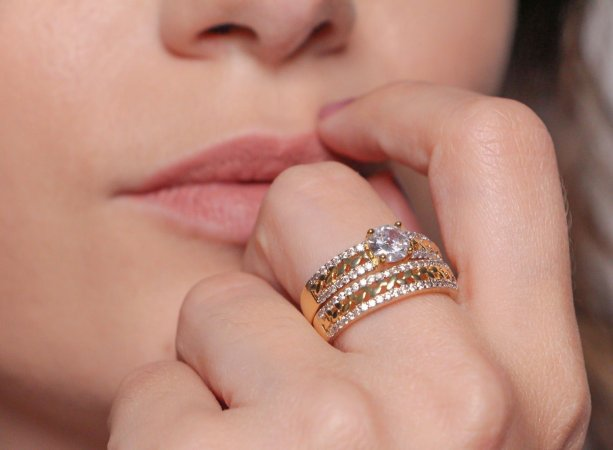 Anel aparador de rendas e zircônias cristais banhado a ouro