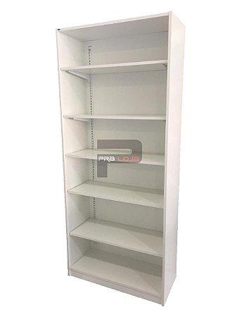 armário com prateleiras reguláveis