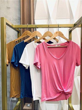 Tshirt- gola V com bordado manga