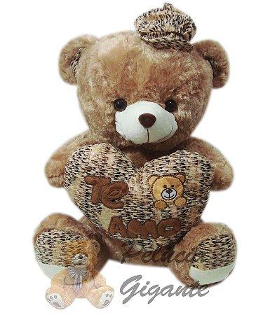 Urso com coração e um boné