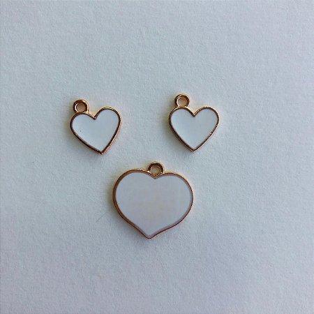 03 pingentes em metal dourado- coração + branco e bege