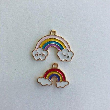Kit com 02 pingentes em metal dourado- arco iris