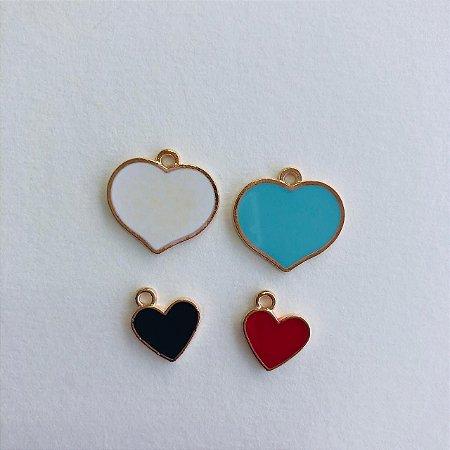 Kit c/ 04 pingentes em metal dourado- coração colorido