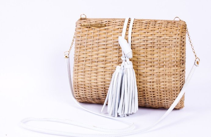 Bolsa de palha vime com detalhes couro