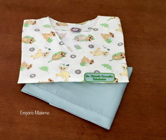 Pijama Cirúrgico - Gola V - Manga Japonesa Blusa Estampada Simba 01 - Cor da calça opcional