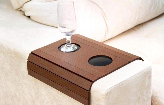 Esteira para sofá com porta copo marrom claro
