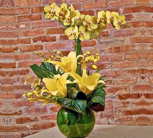 Arranjo de orquídeas e lírios