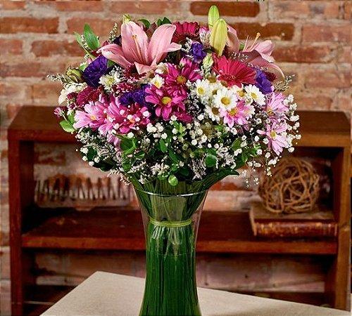 Buquê nos tons de rosa com lírios, alstromerias, gerberas, lisianthus, latifólio e margaridas