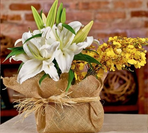Arranjo de orquídea e lírio