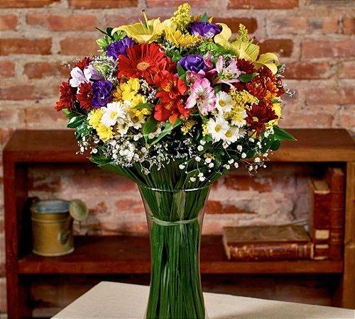 Buque colorido com lírios, alstromerias, gerberas, girassol, lisianthus, tango e margaridas