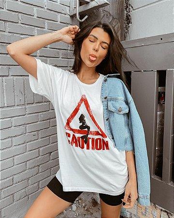 T-shirt Caution | Branca - Modelagem Over - In Love