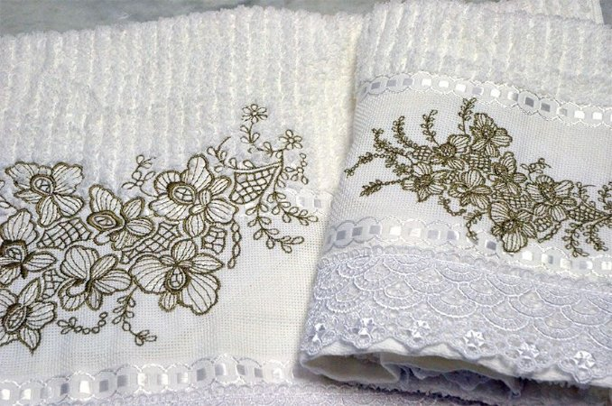 Jogo de toalhas bordada