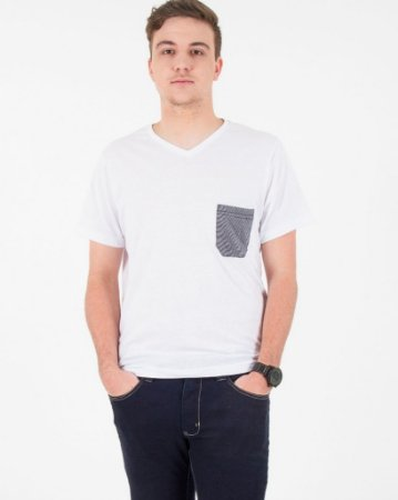 Camiseta Branca com Bolso Grafite