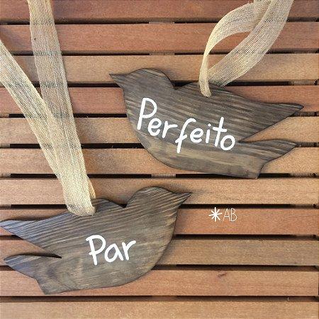 """Par de plaquinhas passarinhos para cadeira dos noivos com """"Par"""" """"Perfeito"""""""