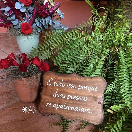 """Plaquinha de mesa Toscana """"E tudo isso porque duas pessoas se apaixonaram"""""""