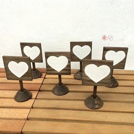 Kit plaquinhas quadradinhas de pezinho com coração pintado