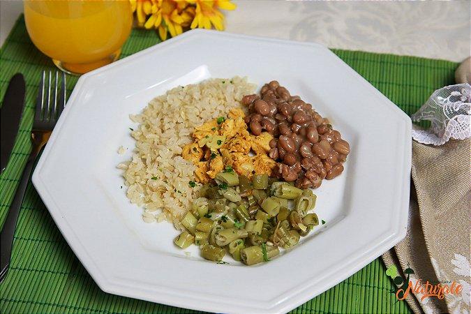 EQ15 - Strogonoff de frango com iogurte light, arroz integral, feijão e vagem refogada com azeite e alho