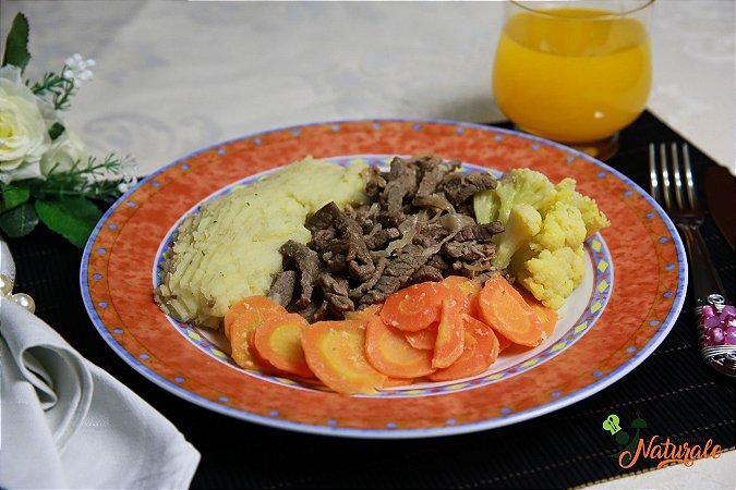 FIT16 - Iscas de alcatra acebolada com purê de batata doce, couve-flor refogada na mostarda e cenoura refogada