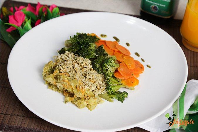 BC04 - Frango desfiado com brócolis e cenoura refogados no azeite e alho com abobrinha refogada com aveia