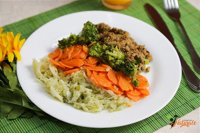 BC06 - Iscas de alcatra acebolada com brócolis, cenoura e repolho refogados com azeite e alho