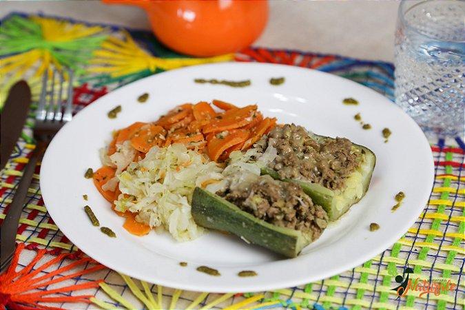 BC12 - Abobrinha recheada com carne de patinho moída e lascas de mussarela light com cenoura e repolho refogados ao azeite e alho