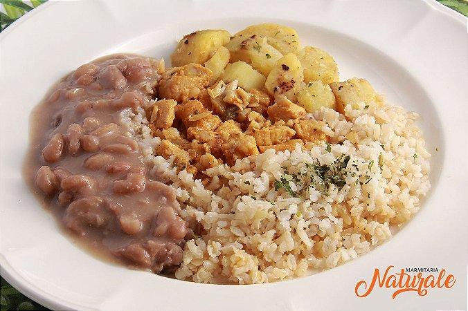 AC83 - Strogonoff de frango, arroz integral, feijão e batata soutê com salsa