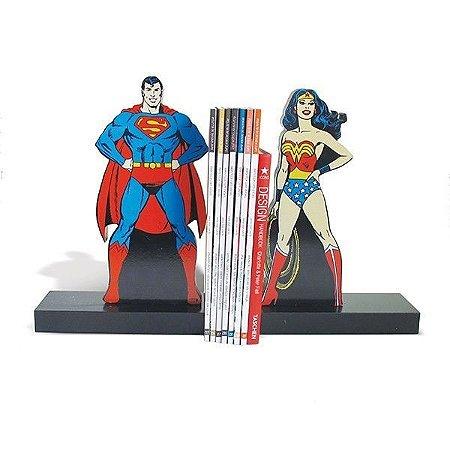Aparador de Livros em Madeira - Superman e Mulher Maravilha