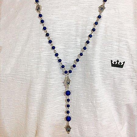 Colar masculino terço com pedra emborrachada azul royal e mão de fátima