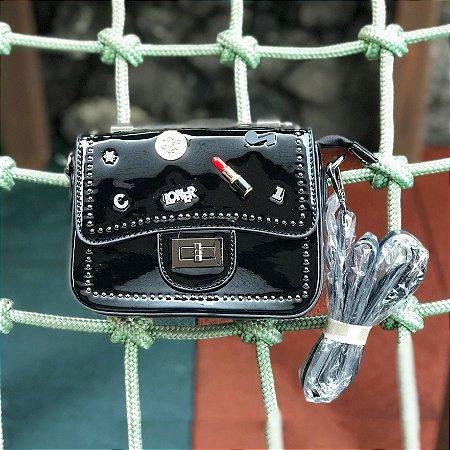 Bag preta envernizada loner com alças de metal e couro