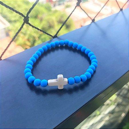 Pulseira masculina azul com cruz em pedra