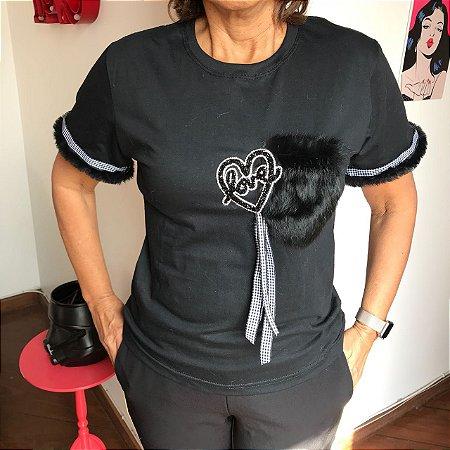 Camiseta preta baby look com patch bolso pelúcia