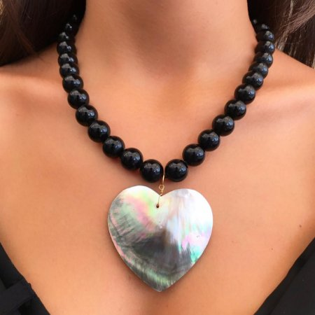 Colar Coração de Madrérola com Pedras Ônix