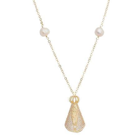 Colar Dourado com Detalhes Pérola Shell e Pingente Nossa Senhora Cravejado de Zircônia