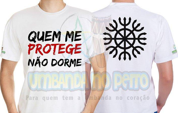Camiseta Quem Me Protege Não Dorme (Com Estampa no Verso)
