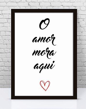 Poster com Moldura - Frase O Amor Mora Aqui