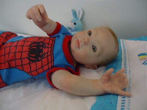 Bebezinho reborn menino, olhos e cabelos claros, 2,25 kg e 52 cm de comprimento aproximadamente. Membros e cabeça em silicone e corpinho de tecido, cabelos pintados/enraizados.
