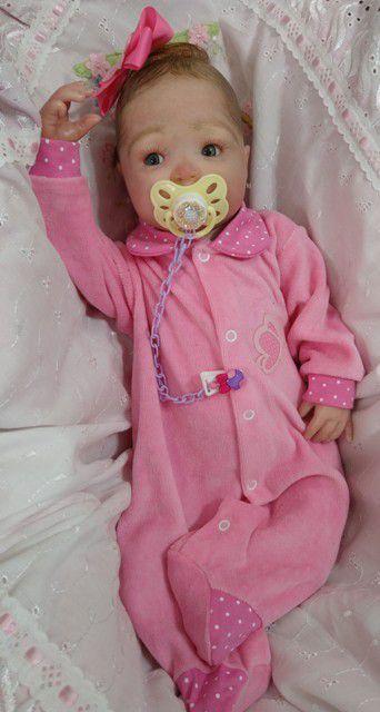 Bebê reborn menina, 53 cm e 2 kg aproximadamente, cabelos pintados e enraizados no topo (Combo)