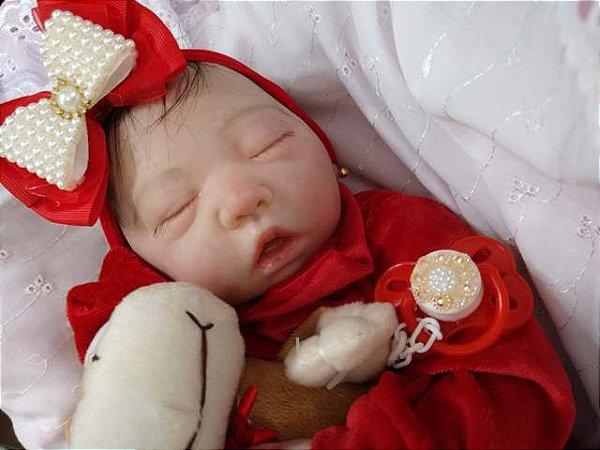 Bebê reborn menina com 48 cm e 1,65 kg aproximadamente. Cabelos pintados, enraizados no topo (combo). Acompanha diversos assessórios