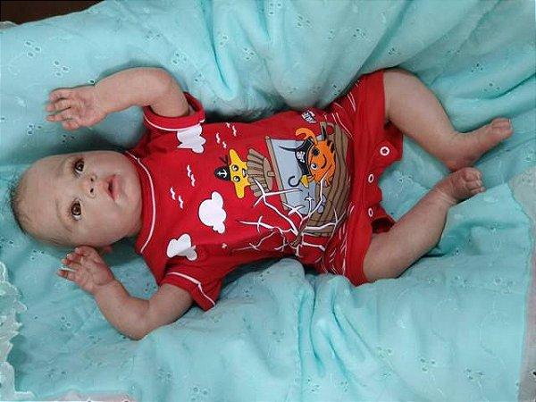 Bebê reborn menino com 50 cm e 1,8 kg aproximadamente. Cabelos pintados, enraizados no topo (combo). Acompanha diversos assessórios