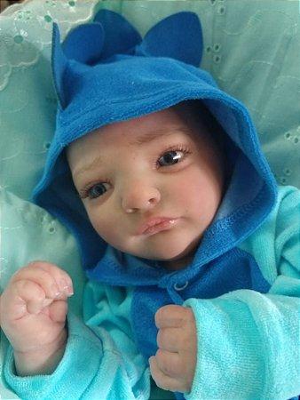 Bebê reborn menino, cabelos castanhos implantados, olhos claros, corpo em tecido