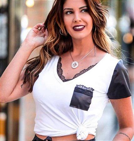 T-Shirt Com Detalhes Em Renda e Couro Eco