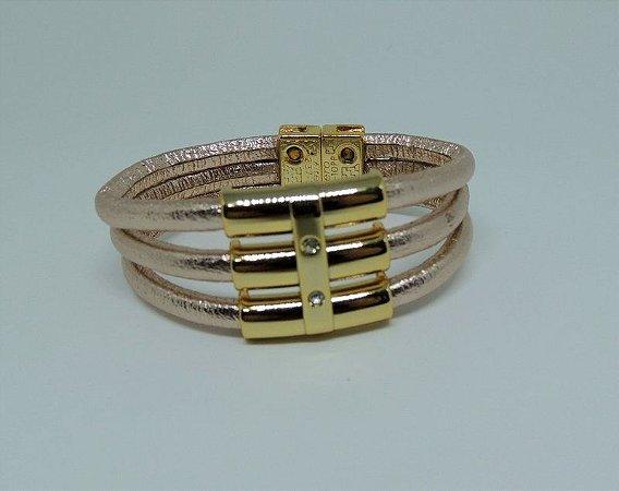 Bracelete em couro e passante em metal dourado